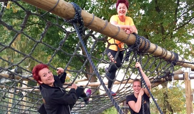 V.l.n.r. Annelies, Marchia en Vera willen zondag graag de finish halen met het felbegeerde rode armbandje. Foto Susanne ten Have