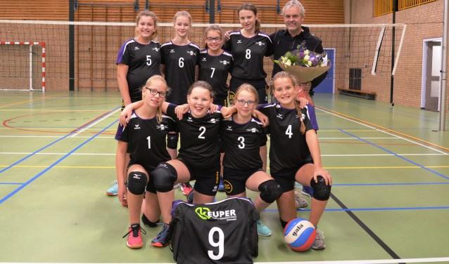 Het meisjes C1 team met de sponsor. Foto: Gerrit Kempers
