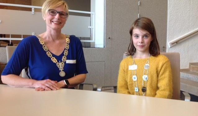 Burgemeester Marianne Besselink met de eerste jeugdburgemeester van Bronckhorst: Evi Otten uit Halle-Heide. Foto: Mirjam Rensink