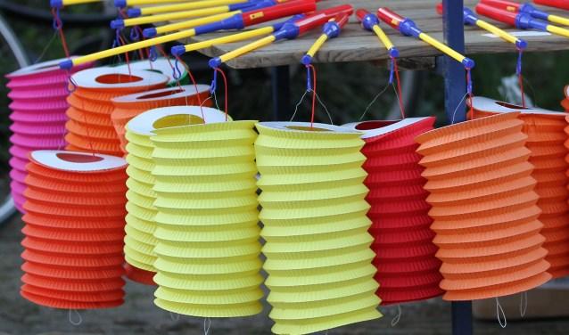 Lampionnen maken voor de Sint Maartensoptocht. Foto: Liesbeth Spaansen