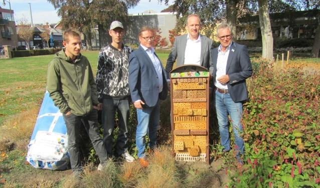 Het door wethouder Elferdink en Hennie Grijsen geopende insectenhotel. Ook op de foto Duco Reineman van Tauw, Gijs van Estinea en Bjorn van Grijsen park en straatdesign. Foto: Bernhard Harfsterkamp