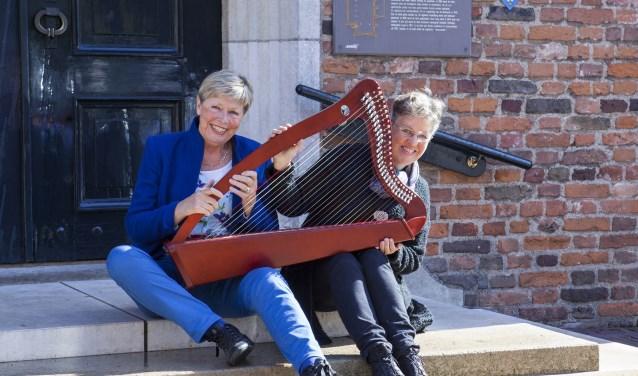Ineke te Brake (links) en Ingrid Molenaar voor de Sint Joriskerk. Foto: Judith Spook
