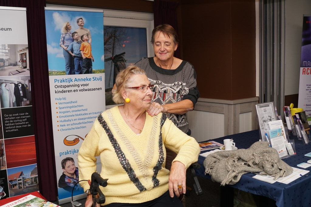 Anneke Stuij geeft een massage aan mevr. Wikkerink-Kremer. Foto: Frank Vinkenvleugel  © Achterhoek Nieuws b.v.