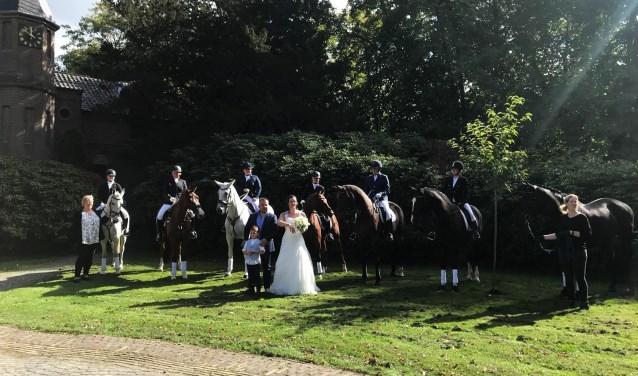 Bruidspaar Patrick Goossens en Laura Goosens-Fielt met zoon Jonne en een erehaag van paarden. Foto: PR PCRV