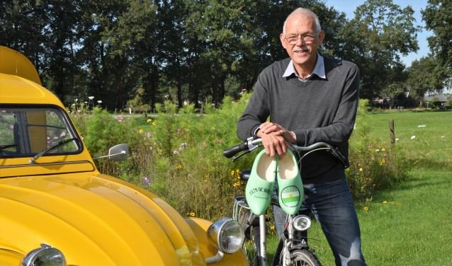 Bertus Rietberg stapt met Fiets! de Boer op in 2019 op zijn fiets in plaats van in de gele bezemwagen. Zijn afscheidscadeau, de groene klompen, blijven die dag thuis. Foto: Alice Rouwhorst
