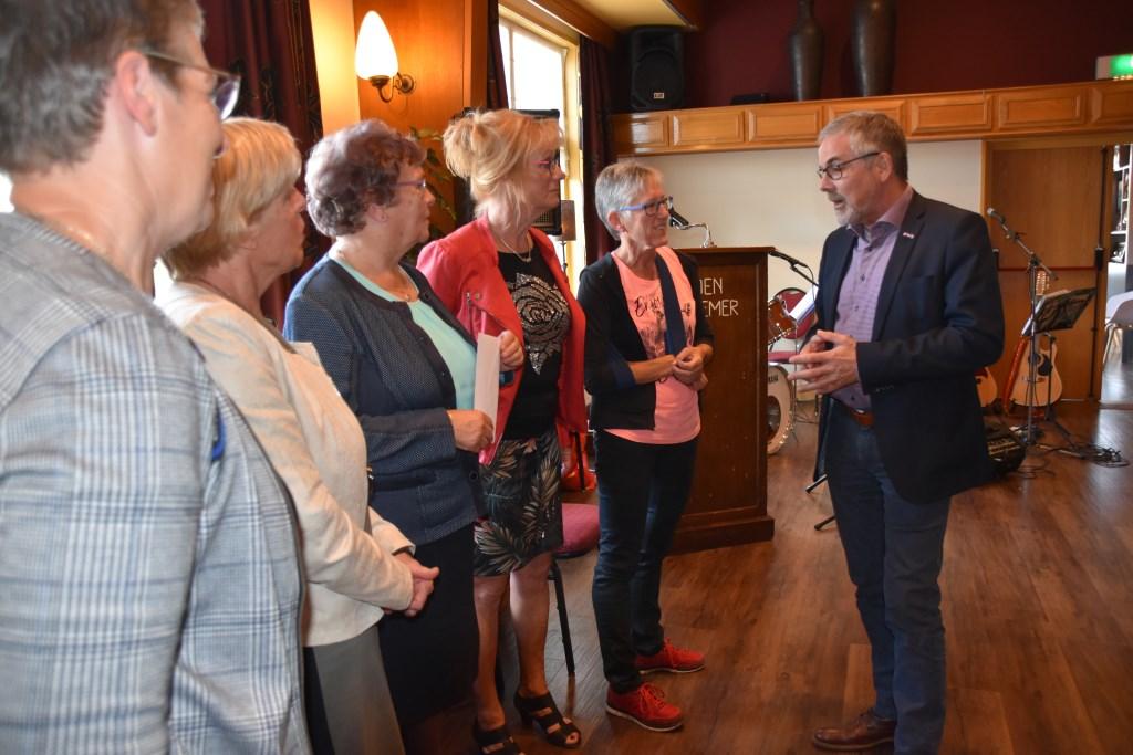 Wethouder Evert Blaauw in gesprek met de dames van het bestuur. Foto: Alice Rouwhorst  © Achterhoek Nieuws b.v.