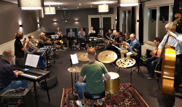 Bigband Back Corner Collective tijdens haar repetitie in de achterzaal bij café de Kroon in Groenlo. Foto: Henri Walterbos