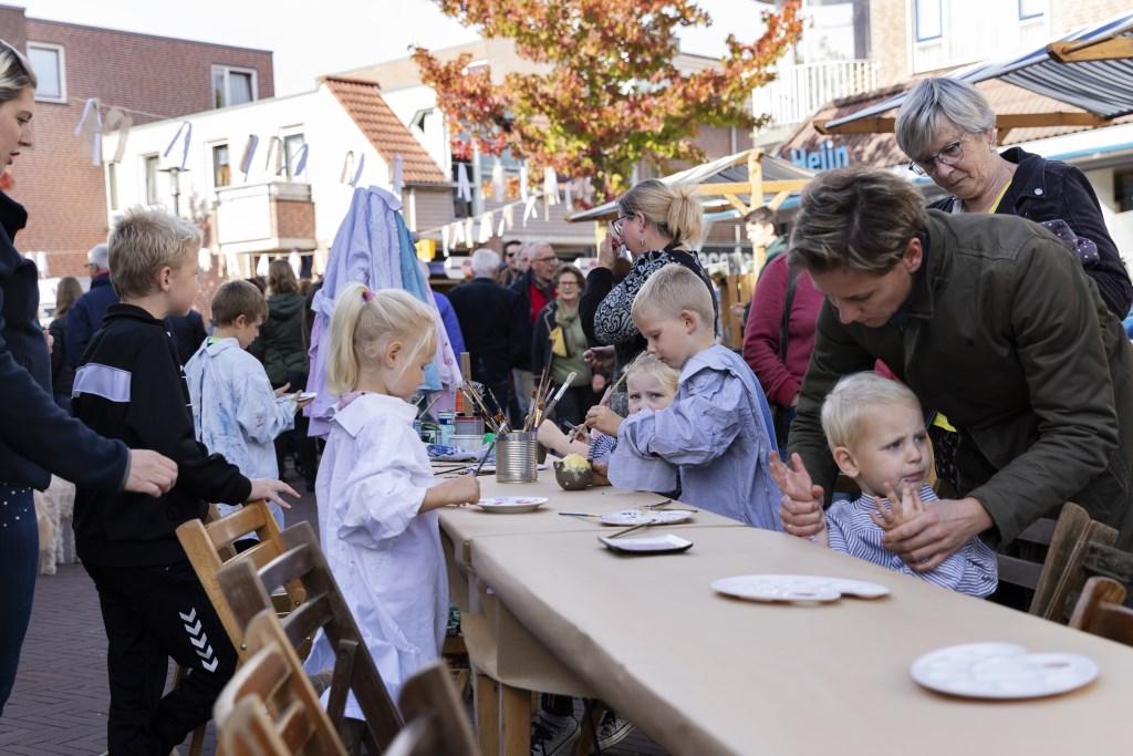 Gezellig aanschuiven aan de lange tafel op de Varkensmarkt. Foto: Jorieke Philippi  © Achterhoek Nieuws b.v.