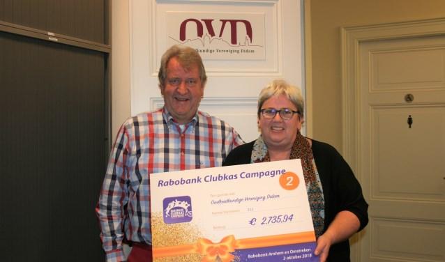 Theo te Wil en Maria Wigman van Oudheidkundige Vereniging Didam met de cheque. Foto: Susan Wiendels
