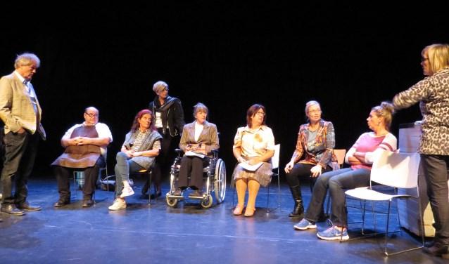 Spelers van 'DORP' met schrijver Jan Freriks (links) en regisseur Annelies van Rijssen (rechts) tijdens de openbare repetitie in de DRU in Ulft. Foto: Josée Gruwel