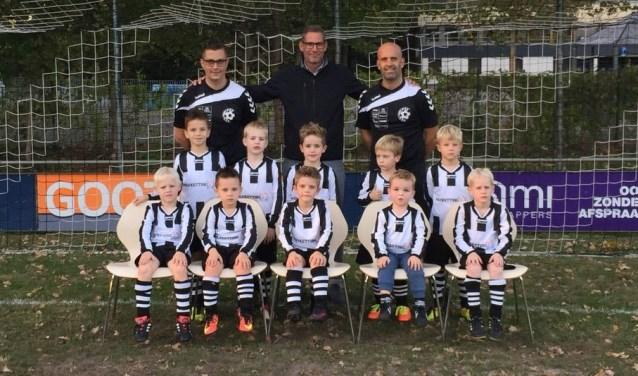 De jongens van VV Zelhem JO7-1 in hun nieuwe tenue van de sponsor. Foto: PR