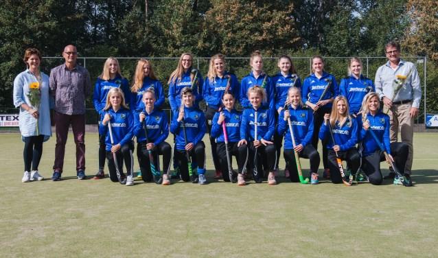 Avanti Dames 1 met sponsoren Jan en Carine Pleiter van Janfleur. Foto: Henrike Grijsen