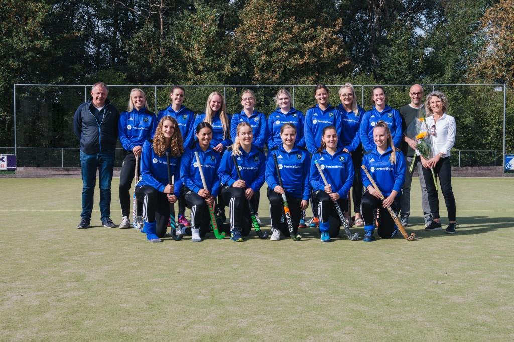 Avanti Dames 3 met sponsoren Richard en Tineke van Beek van Personal Switch. Foto: Henrike Grijsen  © Achterhoek Nieuws b.v.