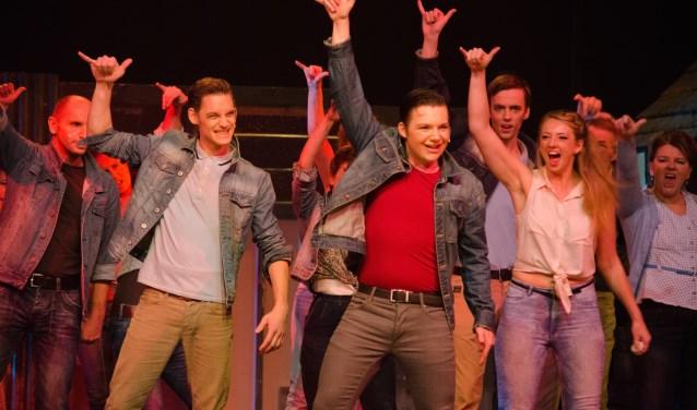Fotobijschrift: Het WMT nodigt mannen die mee willen zingen, dansen en acteren uit voor een kijkje achter de schermen bij een voorstelling van HAIR. Foto: Sanne Wevers