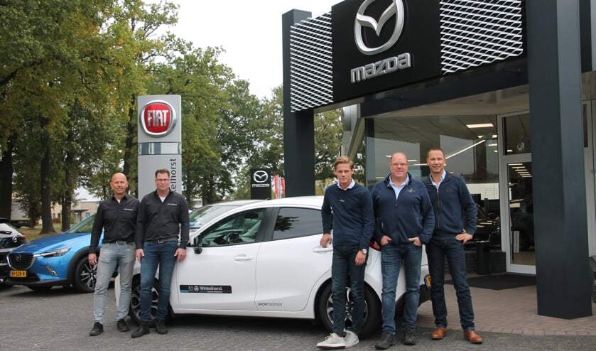 Van links naar rechts Jochem Winkelhorst, Martijn Westendorp, Daan Moester, Gerben Driessen en Michel te Kamp van Auto Winkelhorst. Foto: Lydia ter Welle