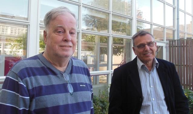 Hans Schoenmaker (links) en Peter Mussies voor de corridor. Een complete verwijdering sluit huurders van de aanleunwoningen volgens hen bijkans af van de buitenwereld. Foto: Eric Klop