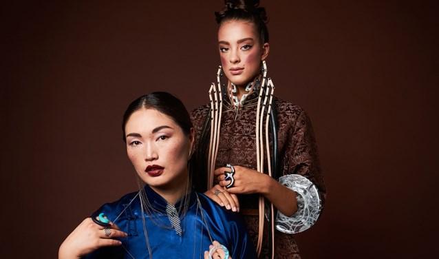 De dames tonen sieraden van Tegshtuya Gandugar (Mongolië). Foto: PR