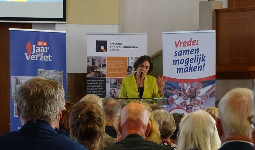 Gerdi Verbeet opent de tentoonstelling. Foto: Antoinette Baanders