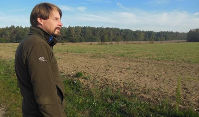 Erwin Grob richt zijn blik over de akker bij Zeddam, die nu nog strak wordt afgegrensd door het Bergherbos. Foto: Eric Klop