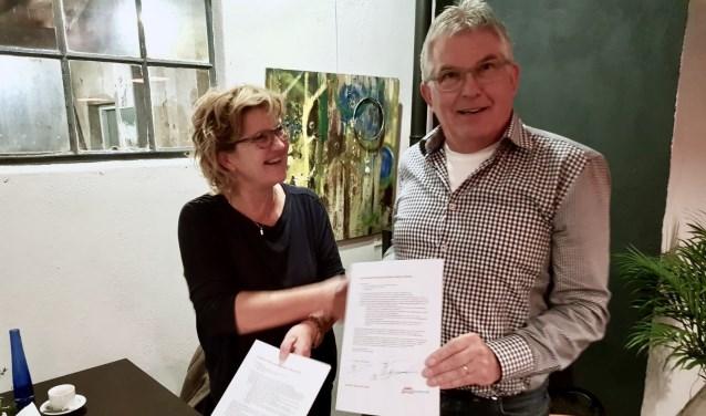 Buurtlabel VVN is ondertekend door Dorien Mulderije van VVN afdeling Bronckhorst en Wim Dijkstra van Dorpsbelang Wichmond Vierakker. Foto: PR