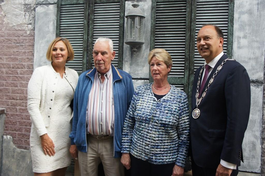 De burgemeester en zijn vrouw gingen met echtparen op de foto. Foto Susan Wiendels  © Achterhoek Nieuws b.v.