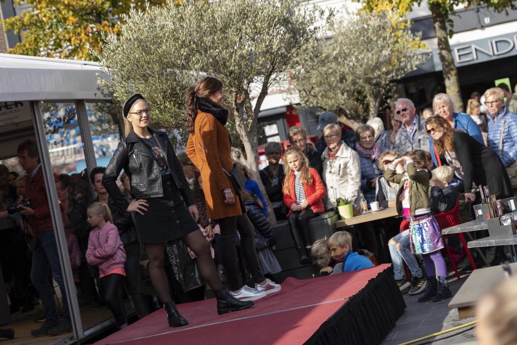 Even de laatste trends bekijken. Foto: Jorieke Philippi  © Achterhoek Nieuws b.v.