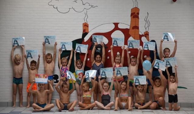 Een dikke duim voor de geslaagde leerlingen van Zwemschool Lichtenvoorde. Foto: PR