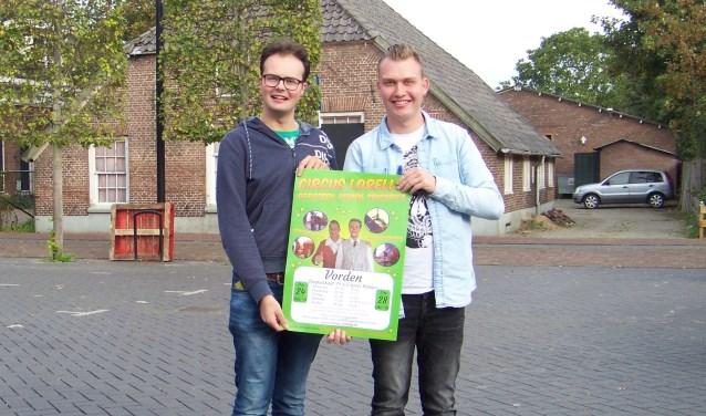 Lennart en Yoshi (r) op de nu nog lege parkeerplaats. Foto: Anouk Plantinga
