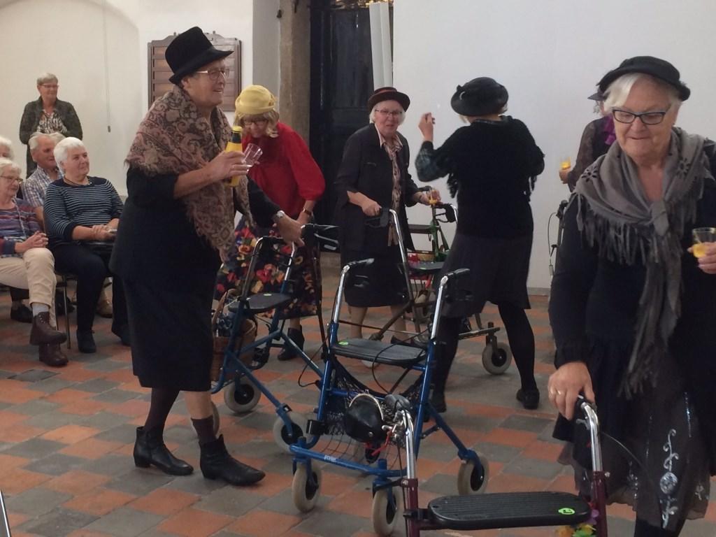 De rollatordans tijdens de seniorenmiddag. Foto: PR  © Achterhoek Nieuws b.v.