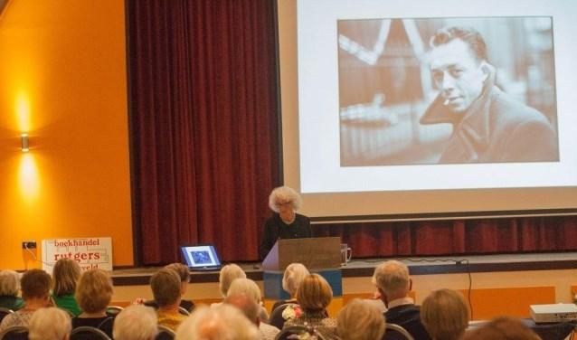 Nelleke Noordervliet tijdens de lezing in Varsseveld. Foto: Herman Maatkamp
