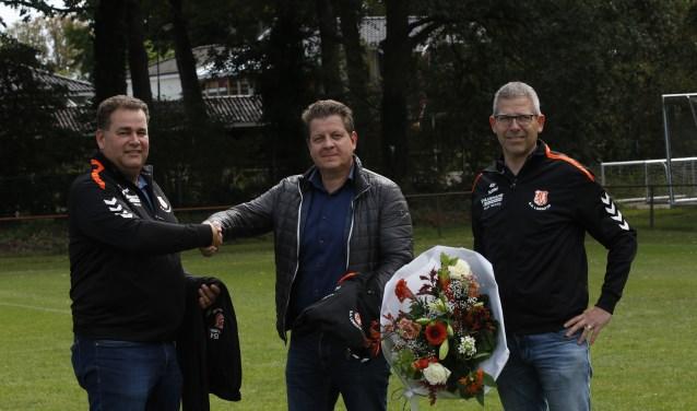 Roger Paashuis ontvangt een blijk van waardering door Eric Hummelink (links) en jeugdvoorzitter Roy Baks (rechts) voor de nieuwe jassen. Foto: Henk Plass