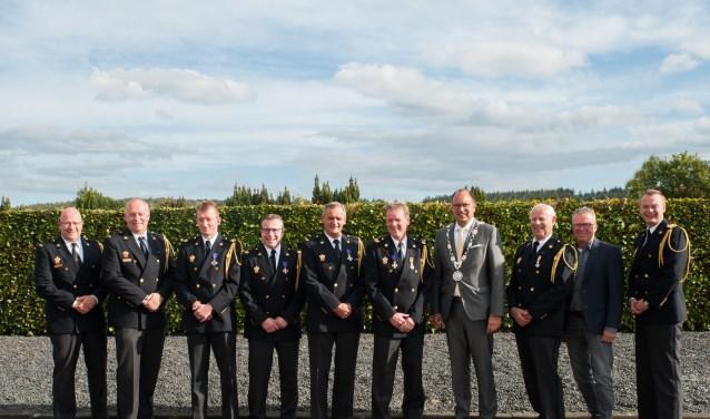 De burgemeester met de jubilarissen en afscheidnemers. Foto: Paul Harmelink