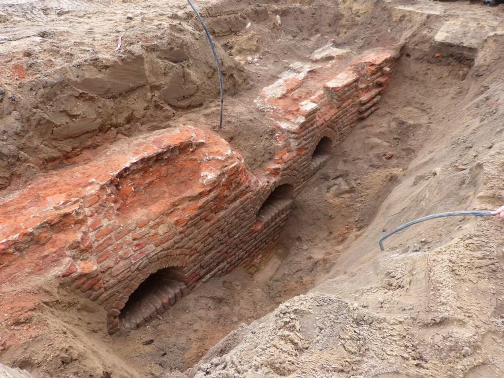 De resten van de oude stadsmuur die werden blootgelegd. Foto: PR  © Achterhoek Nieuws b.v.