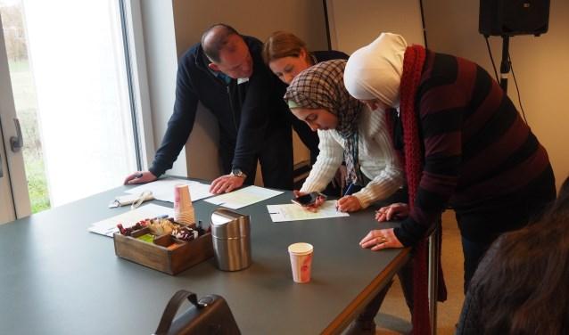 Nieuwkomers in de gemeente Bronckhorst tekenen hun participatieverklaring. Foto: PR