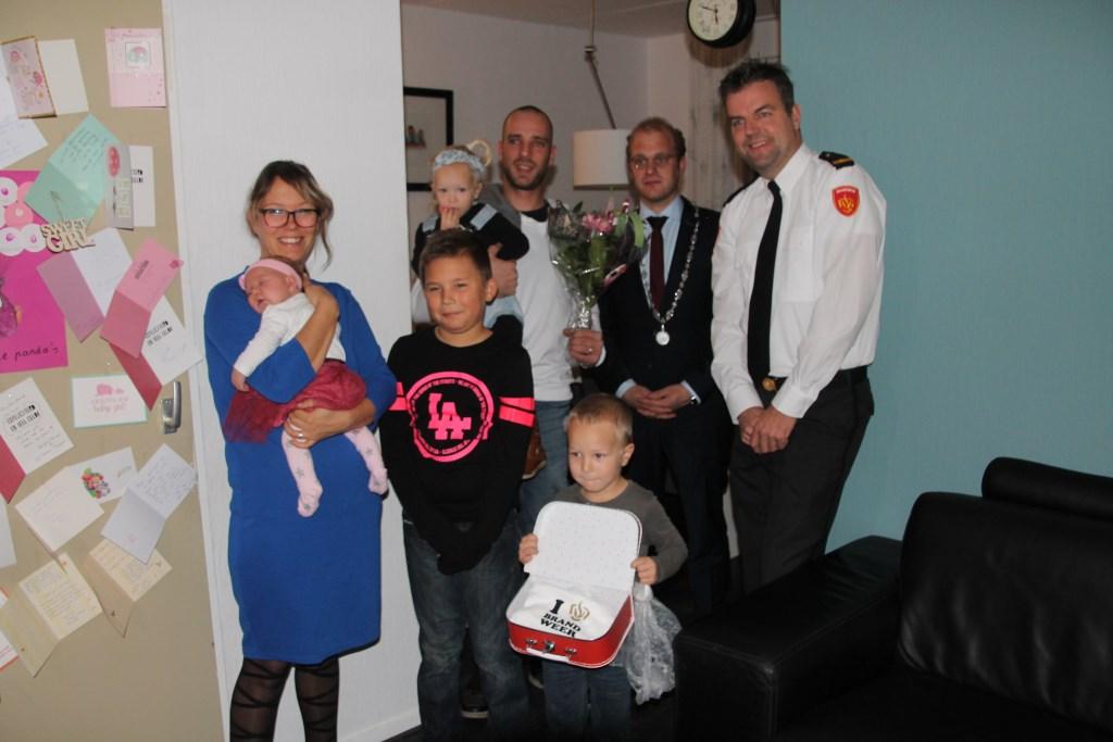De familie Rensen met de burgemeester en de postcommandant. Foto: Lydia ter Welle