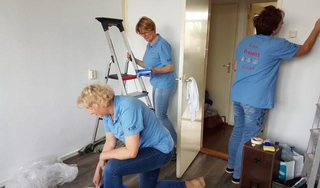 Vrijwilligers helpen alleenstaande moeder bij inrichten babykamer. Foto: PR