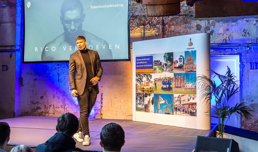 Rico Verhoeven inspireert honderden studenten in een volle arena met zijn verhaal over het ontwikkelen van talent en het optimaal benutten er van. Foto: Henk van Raaij