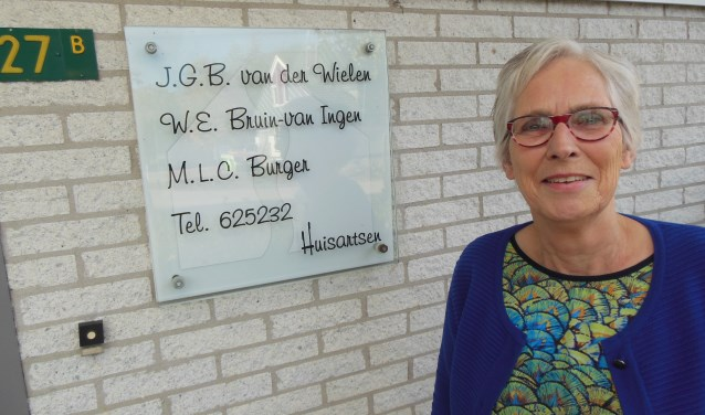 Ineke Bruin stopt als huisarts. Het praktijkbord is per 1 januari aan vervanging toe. Foto: Eric Klop
