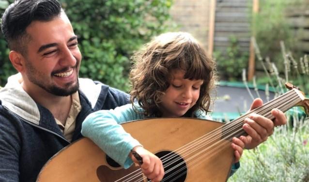 Omid Nader leerde zichzelf ud spelen. Foto: PR