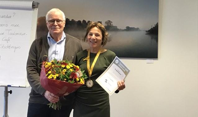 Gerard Huis in 't Veld heeft het gouden lintje overhandigd aan Jose Boone. Foto: PR
