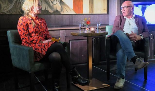 Journalist en presentator Kees Jansma wordt geïnterviewd door Fardau Wagenaar. Foto: Theo Huijskes