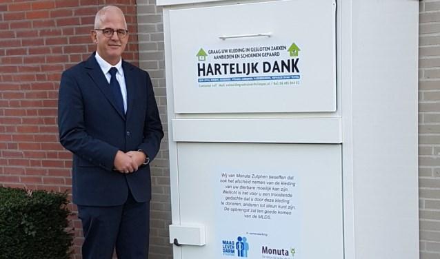 Uitvaartverzorger Wilko Eijkelkamp van Monuta Vorden bij de kledingcontainer bij Monuta in Zutphen. Foto: PR