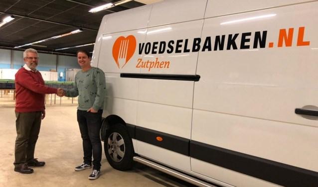 Jaap Koning van de Voedselbank Zutphen schudt Patrick van den Brink van Lutim Reclamestudio (en mede-oprichter van Sint Deelt Uit) de hand. Foto: PR