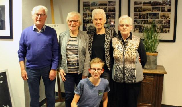 De jubilarissen én de jongste vrijwilliger van Marga Klompé in Aalten. Foto: Kristel te Bokkel
