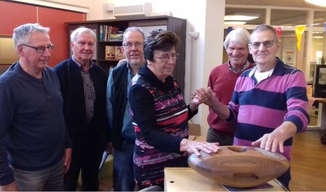 De stichting Vrienden van Dr Jenny heeft een bijzonder cadeau overhandigd. Foto: PR