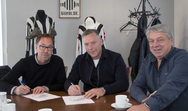 Bart Stijntjes (Gelderse Post), Geno Mijnen (preses Silvolde) en bestuurslid Harold Sloot (vlnr) bij de ondertekening. Foto: Luc Slutter