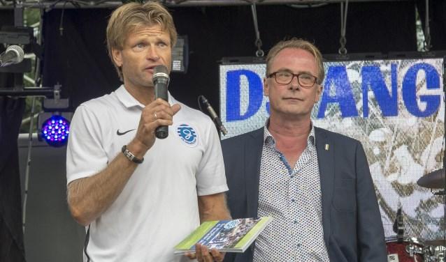 Jan Vreman met Erik Hagelstein, schrijver van het boek  'De terugkeer van de boerenbruiloft'. Archieffoto: Achterhoekfoto/Henk den Brok