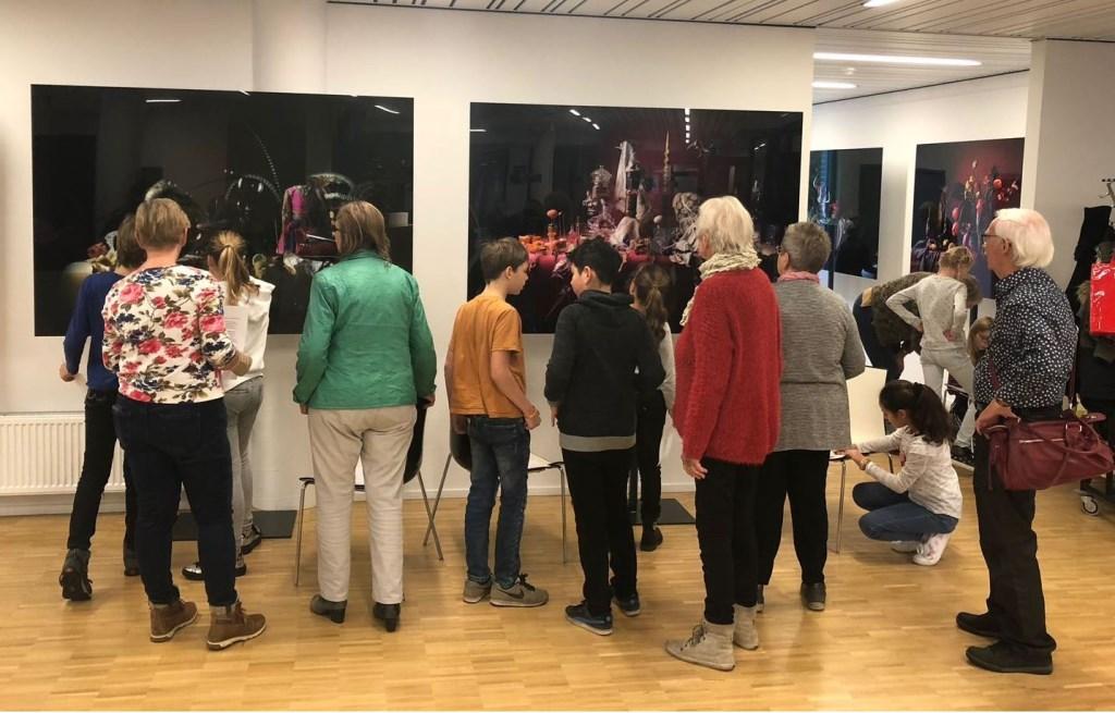 Leerlingen en grootouders samen op zoek naar herkenningspunten in de stillevens. Foto: PR  © Achterhoek Nieuws b.v.