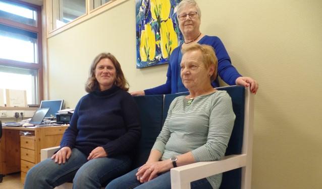 De gastvrouwen van De Bovenkamer maken stap voor stap kennis met de bank. Foto: Meike Wesselink