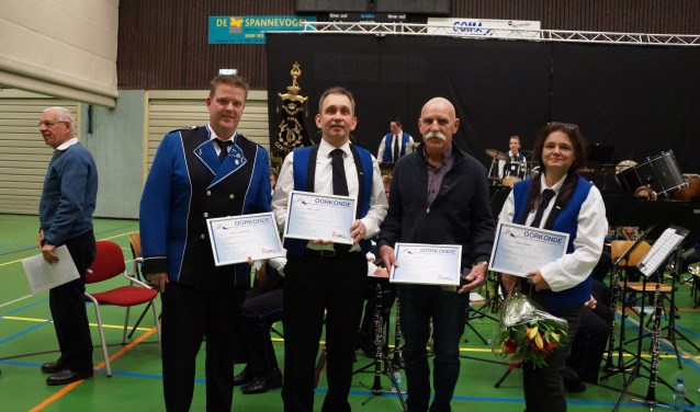 Jubilarissen Harmen Kraassenberg, Remco Fokkink, Jan Wentink en Sandra Boerman. Foto: Rudy Gerrits